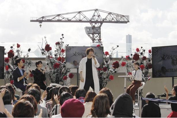 浦井健治はレスポールJr.の歌である「明けない夜は長い」を披露