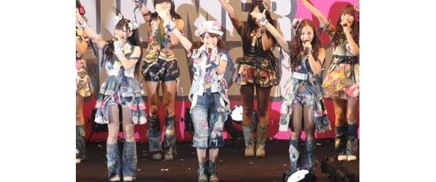 イベントに登場したAKB48は中高生からも大人気!