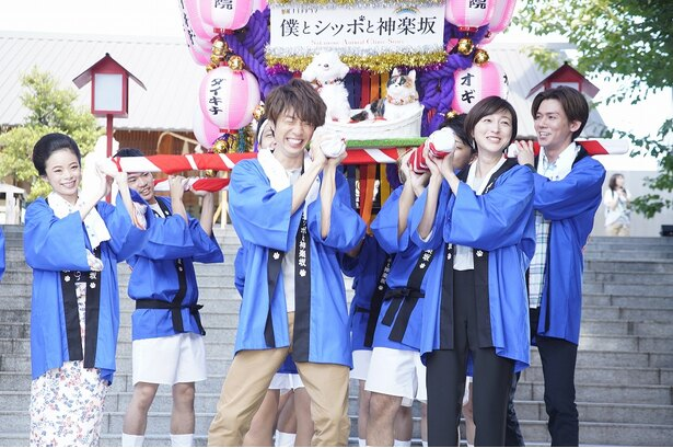 新ドラマ「僕とシッポと神楽坂」のイベントで特製みこしを担ぐ趣里、相葉雅紀、広末涼子、小瀧望(写真左から)