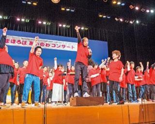 出演者はステージ上で歌ったり踊ったり、体を目一杯使い音楽を表現。来場者も一緒になって音楽を楽しもう