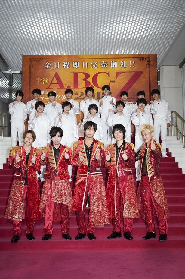 総勢19人が日生劇場の赤絨毯に集合!