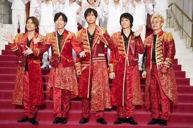 【写真を見る】背中に「Johnnys'」の文字を背負った衣装は、ことしは鮮やかな赤のロングジャケット