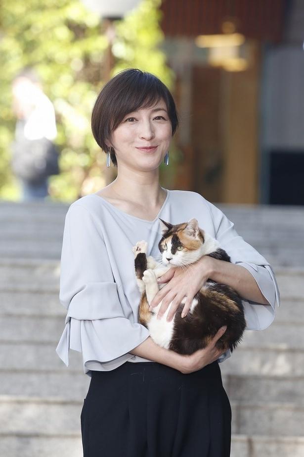 【写真を見る】ネコのオギを抱っこする広末涼子。ネコになりたい…!