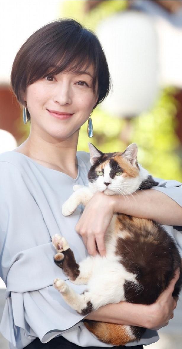 相葉雅紀主演「僕とシッポと神楽坂」のイベントに登場した広末涼子。広末に抱かれているのはオギ