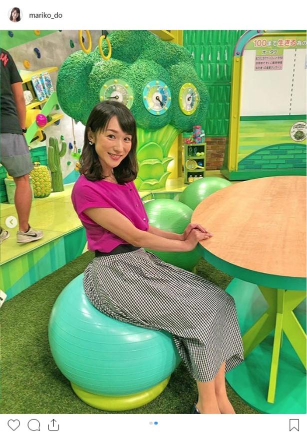 【写真を見る】堂真理子アナら出演者はバランスボールに座って番組を進行