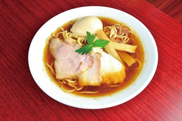 【写真を見る】「飛魚だし醤油そば(熟玉のせ)」(850円)は、鶏の旨味とともに風味豊かなアゴダシが強く香る。麺と相性抜群