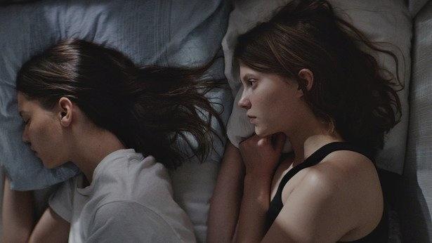 アンニャの髪の先端を恐る恐る触れるテルマがいじらしいわ~。アンニャ役のカヤ・ウィルキンス(左)は、オケイ・カヤの名でロンドンやNYなどで活躍するモデル&ミュージシャンです