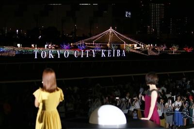 「TOKYO MEGA ILLUMINATION」の規模と美しさに圧倒された様子の二人