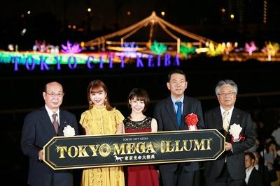 点灯式後に行われたフォトセッションの様子。写真左から、松原区長、藤田、吉谷、丸々もとお氏、山口社長