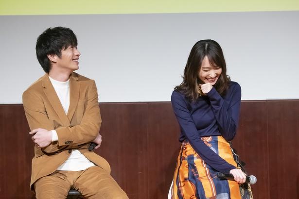 【写真を見る】にこやかに笑う田中圭と、笑顔がはじける新垣結衣
