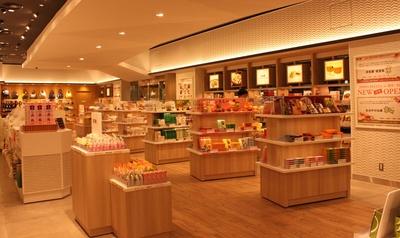 店内は白壁と木目の棚や床で、明るくとても落ち着いた雰囲気