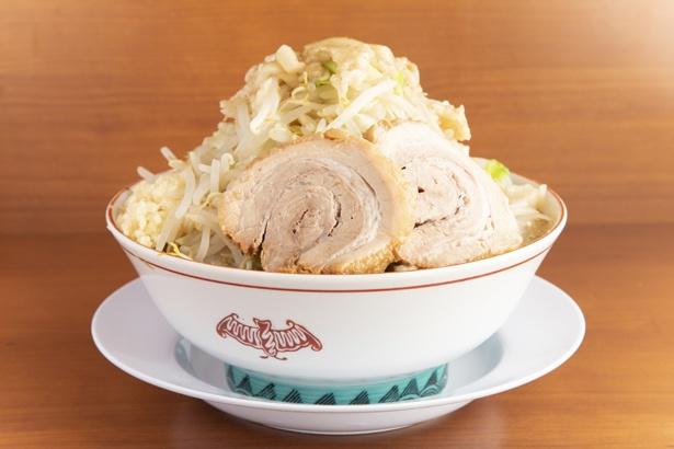 【写真を見る】「小ラーメン(野菜マシマシ)」(750円)。もっちりした麺にスープが程良く絡み合う。