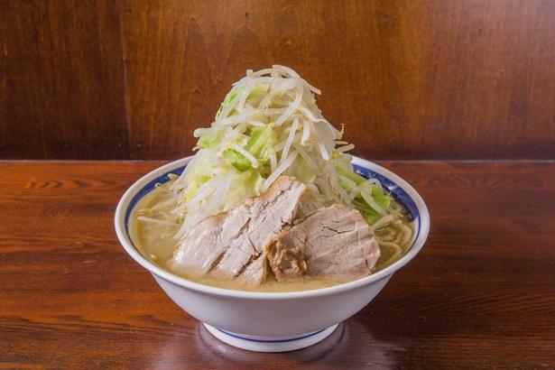 「らーめん(野菜マシマシ)」(750円)。極太の自家製麺は濃厚スープとの相性ばっちり!