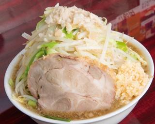 「ラーメン(中)」(700円)。乳化系の濃厚スープは鶏と豚の旨みがギッシリ。