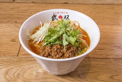 【写真を見る】「担担麺(赤カラ)」(870円)。自家製ラー油にとスープの相性がばっちり