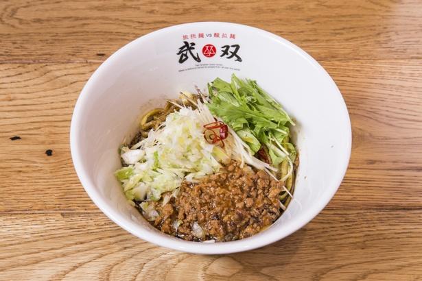 「汁なし担担麺(黒シビ)」(870円)。しびれるような辛さがクセになる