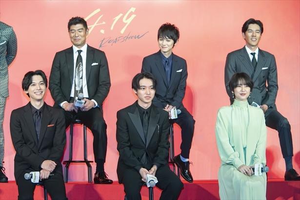 前列左から吉沢亮、山崎賢人、長澤まさみ、後列左から高嶋政宏、本郷奏多、要潤