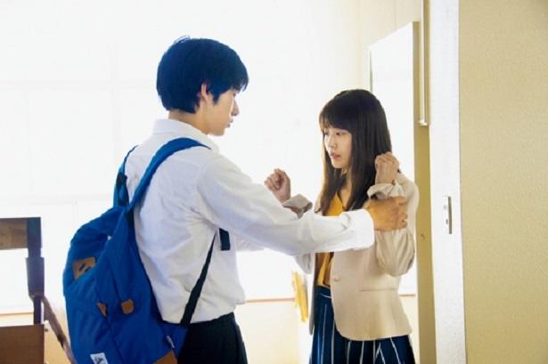 今作が俳優デビューとなる岡田は、主演の有村の頬をたたいたり、手首を強くつかむ強烈なシーンに挑戦。監督や有村からアドバイスを受け、OKが出た後には思わず安堵(あんど)の表情に