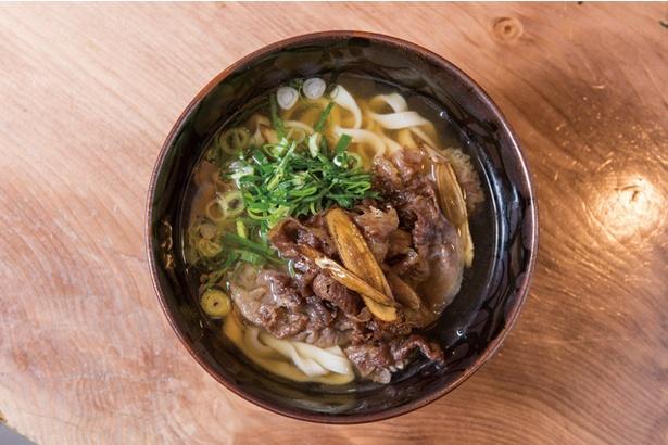 極上!肉うどん (842円) / 毎日打ちたてで提供される、喉越しのいいこだわりの平麺