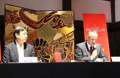 木村英輝氏の豪華な屏風の前での記者発表会の様子