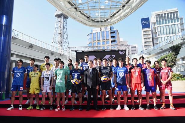 記者会見に参加したV1、V2の男子全19チームの選手