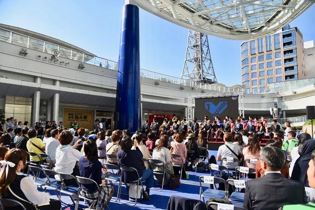 会場の名古屋市・オアシス21「銀河の広場」には大勢のファンが詰めかけ、立ち見客も
