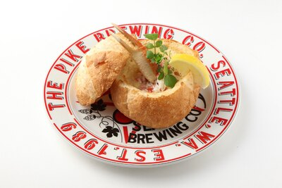 日本人が好む蟹の旨味が濃厚チャウダーに。レモンをかけて味の変化も楽しめる/「クラブチャウダー」(税抜1680円)