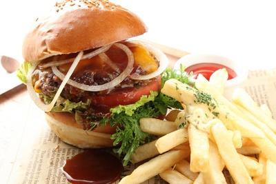 本場の味が楽しめるよう、肉の味付けはシンプル。ほんのり甘い小麦が香る手作りパンではさんで味わう/「100%ビーフバーガー」(税抜1580円)