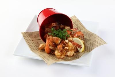 海老とガーリックの香ばしいにおいが食欲をそそる。手づかみで食べるのがおすすめ/「ケイジャンシュリンプ」(税抜1580円)