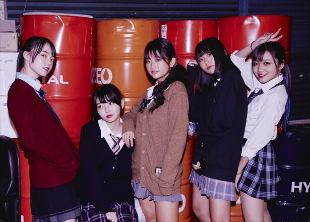 【写真を見る】ミニスカートが眩しい第12弾女子メンバー 左からありさ、みゆう、なつき、まはる、まなか