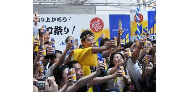 松岡修造の提案で、たくさんのお客さんと一緒に記念すべき乾杯!
