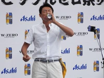 豪快に「アサヒ ダブルゼロ」を飲み干す松岡修造は「(カロリーゼロで)さわやかに飲めるのがいい」と魅力を語った。