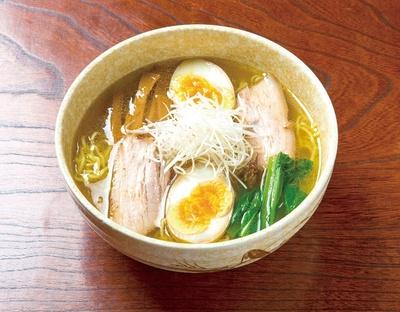 【写真を見る】鮮度の良い二黄卵が彩りを添える、「味玉らーめん 塩」700円