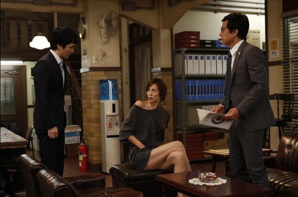 """【写真を見る】米倉涼子、劇中でも素晴らしい""""美脚""""を披露!これは見逃せない…"""