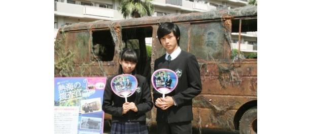 会場に集まったお客さんに番組のうちわを手渡した二階堂ふみ、山崎賢人(写真左から)