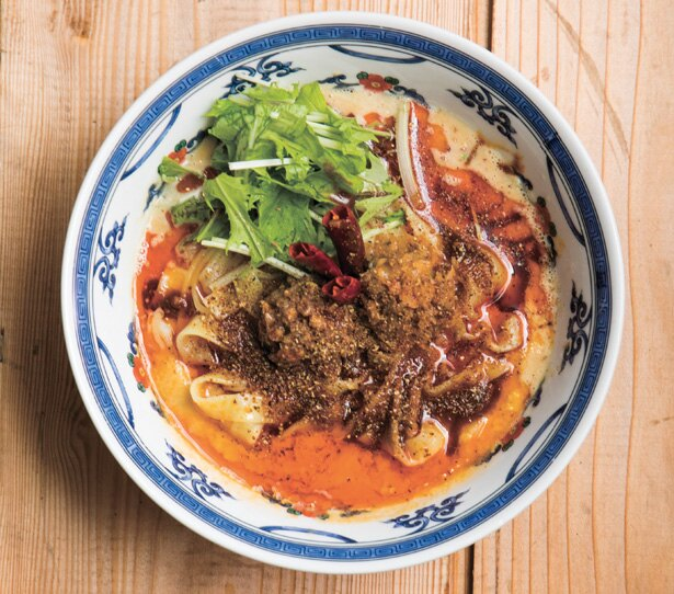 【写真を見る】モチモチな平打ち麺がタレによく絡む。「花ぐるま 汁なし担々麺 金」(896円)/「FARO 花楼」