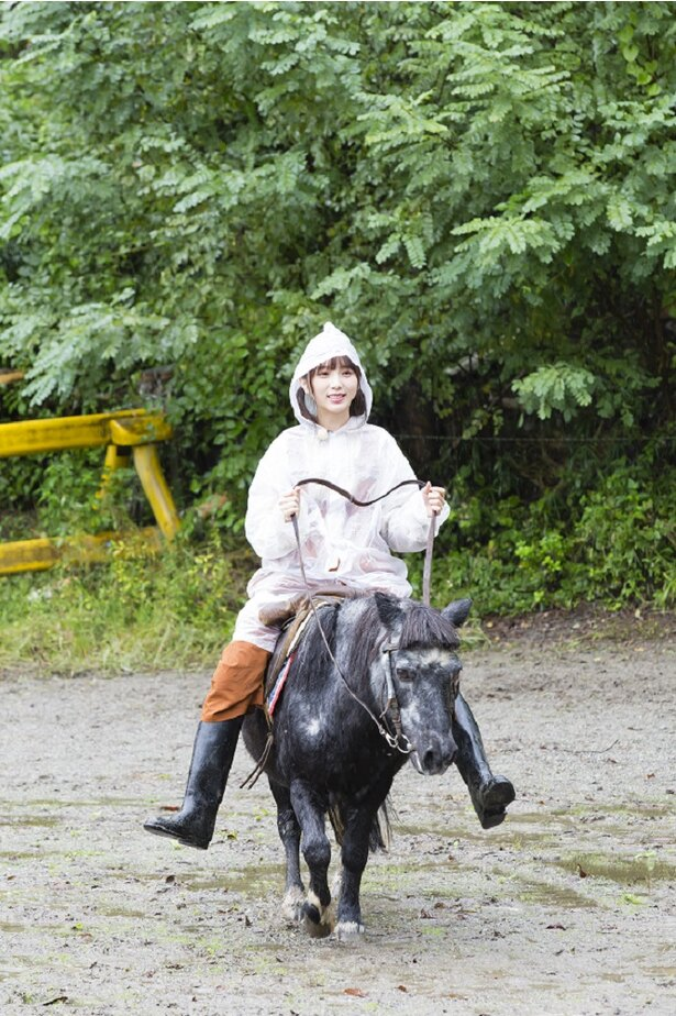 【写真を見る】さすが動物好き! 与田祐希が華麗にポニーを乗りこなす