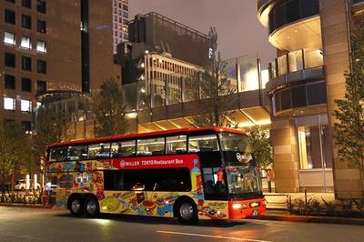 【写真を見る】見た目のインパクトが大きい東京レストランバス。東京ミッドタウンの日比谷通り側から出発する
