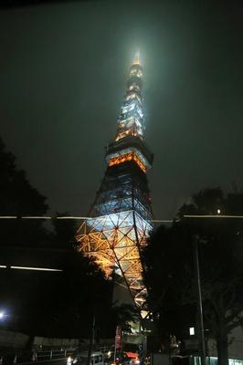 バスの車内から撮影した東京タワー