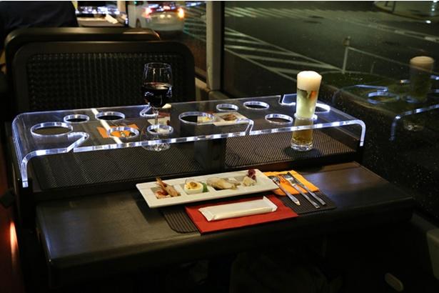 LED照明によって、テーブル周りはラグジュアリーな空間に。間接照明をオフにするとより雰囲気が増すので、記念日のお祝いにぴったり