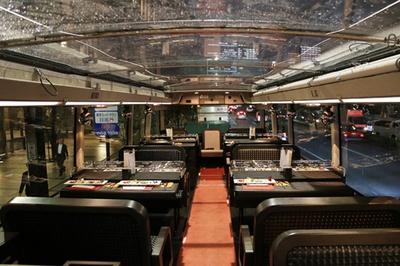 東京レストランバス2階。天井が透明な屋根のため、閉まっていても開放感が感じられる