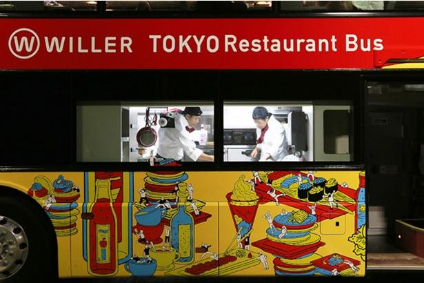 バスの中央に配される1階のキッチンスペース。外からシェフが料理する姿が丸見えとなる面白い試み