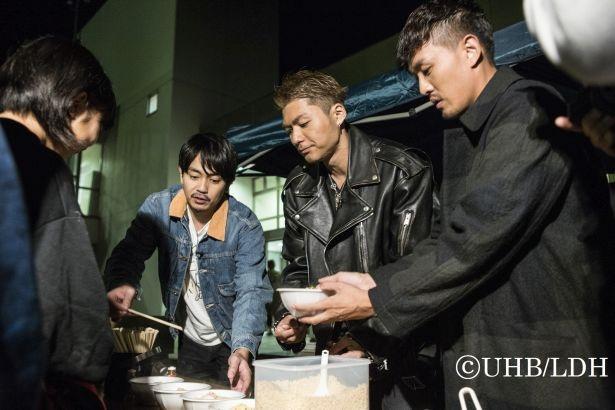 【写真を見る】避難所で炊き出しなどの手伝いをしながら人々と触れ合う
