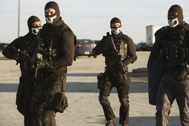 大金をねらうのは、特殊部隊に従軍したことのある、やり手揃いの強盗集団(『ザ・アウトロー』)