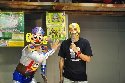 会見に臨んだバトルモードのふせロボくん(左)とマスクド東大阪。ふせロボくんの肩に乗っているのは近鉄の特急車両だ