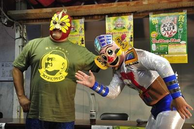 ふせロボくん(右)と対戦するダイナマイト野崎。勝負の行方は…?