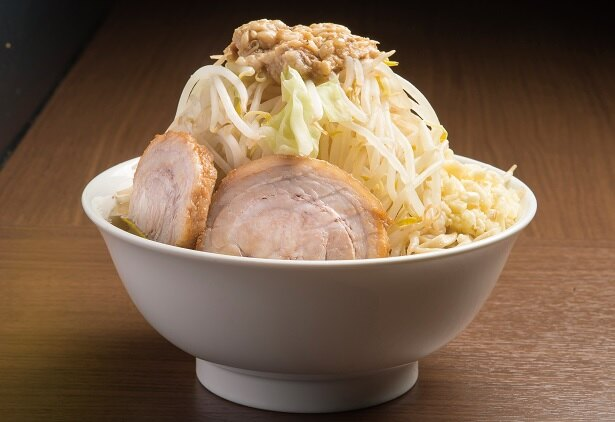 【写真を見る】麺の歯応えがスゴい!らーめん(全マシ)700円+豚1枚50円