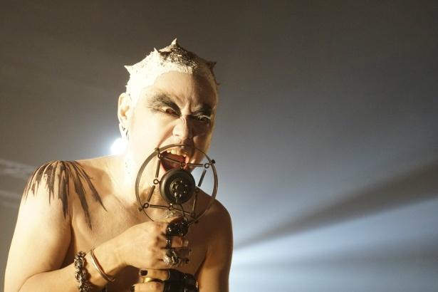 カリスマ的な人気を誇るロックスターのシン(阿部サダヲ)は声帯ドーピングをしていた