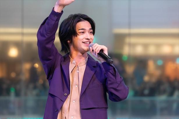 【写真を見る】歌唱後はとびきりのスマイルでファンを魅了!