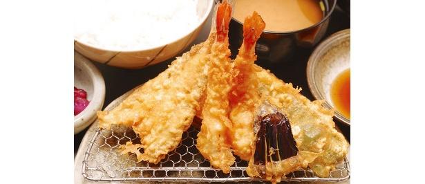 天ぷら こばしの、天ぷら定食…¥950。エビ2本に魚介1種や野菜4種など、旬を盛り込んだ人気の定食